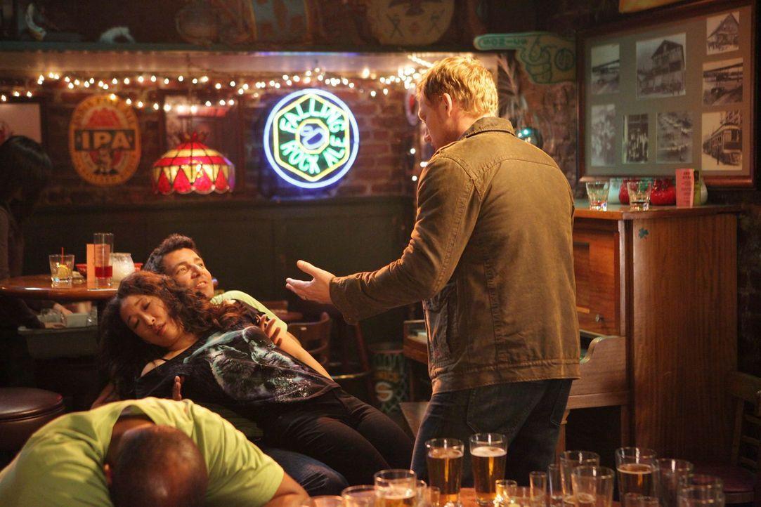 Cristina (Sandra Oh, 2.v.l.), die jetzt in Joe's Bar als Mädchen für alles arbeitet, wirkt etwas zu motiviert, als sie sich um eine Gruppe von Männe... - Bildquelle: ABC Studios