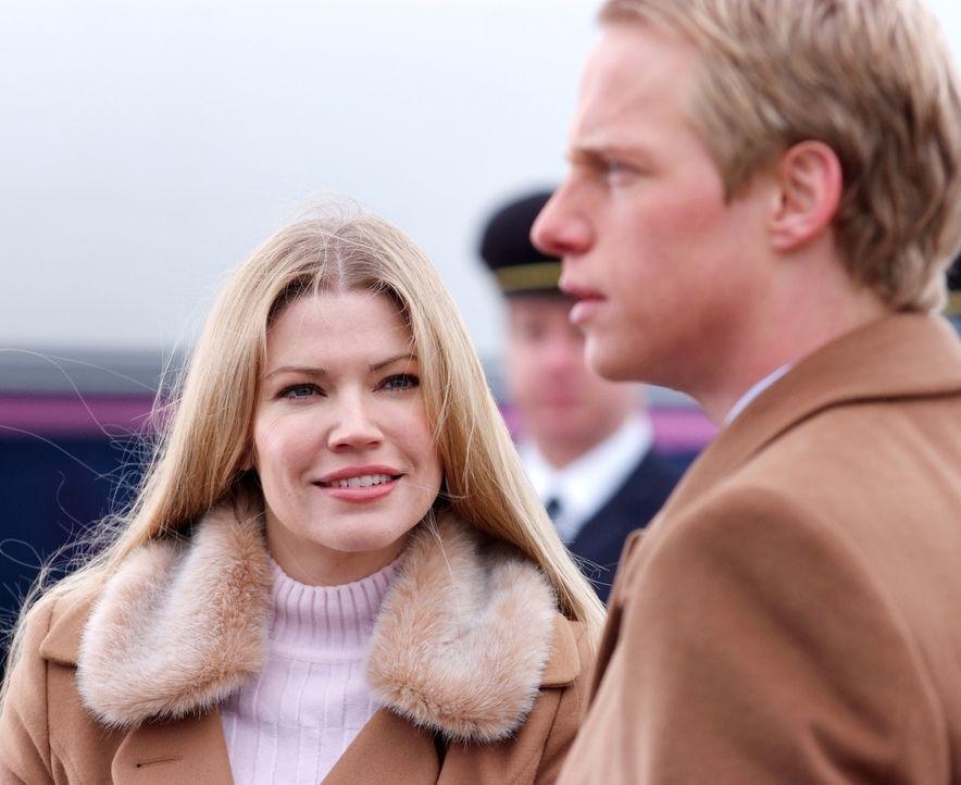 Freuen sich auf ihre Flitterwochen, doch auch diese stehen unter keinem guten Stern: Prinz Edvard (Luke Mably, l.) und Prinzessin Paige von Dänemar... - Bildquelle: Nu Image Films