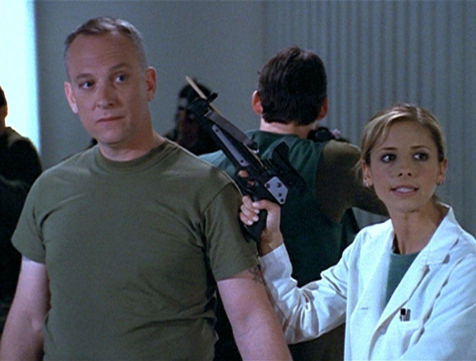 Buffy (Sarah Michelle Gellar, r.) hat Colonel McNamara (Conor O'Farrell) in ihre Gewalt gebracht, um die Freilassung zweier Gefangener zu erzwingen. - Bildquelle: TM +   2000 Twentieth Century Fox Film Corporation. All Rights Reserved.