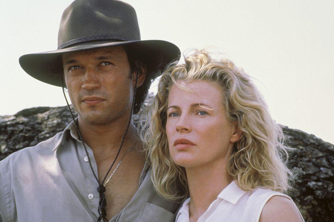 Frisch verheiratet mit Paolo (Vincent Perez, l.) geht Kuki (Kim Basinger, r.) nach Kenia, um dort einen Neubeginn zu wagen ... - Bildquelle: Columbia Pictures