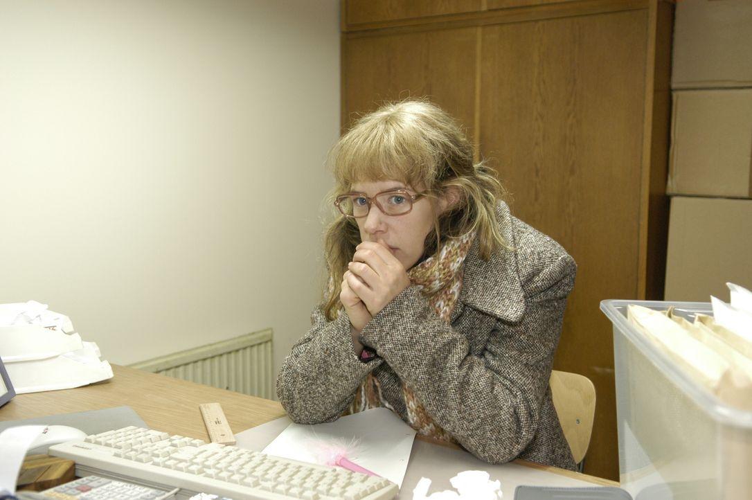 Trotz schlechter Bedingungen arbeitet Lisa (Alexandra Neldel) in ihrem eiskalten Büro tapfer weiter.  (Dieses Foto von Alexandra Neldel darf nur in... - Bildquelle: Noreen Flynn SAT.1 / Noreen Flynn