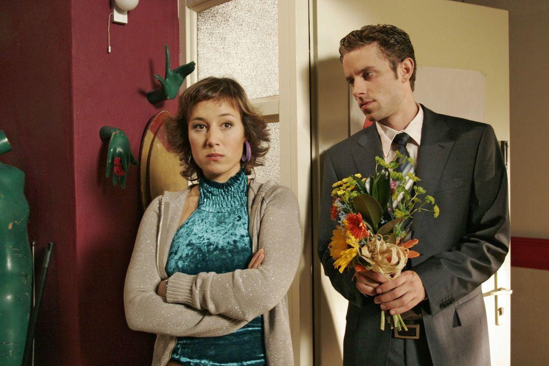 Max (Alexander Sternberg, r.) bittet Yvonne (Bärbel Schleker, l.) um eine Aussprache. - Bildquelle: Noreen Flynn SAT.1 / Noreen Flynn