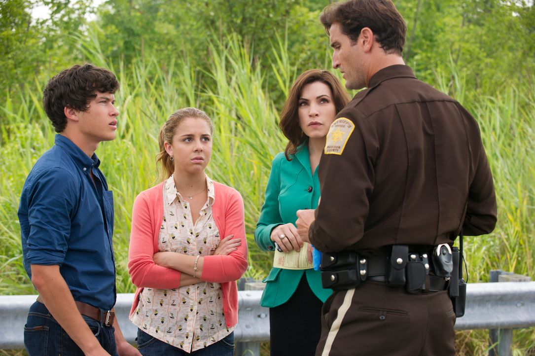 Alicia (Julianna Margulies, 2.v.r) und Grace (Makenzie Vega, 2.v.l.) verstehen nicht, warum der Polizist Robb (Matthew Del Negro, r.) Zach (Graham P... - Bildquelle: Jeffrey Neira 2012 CBS Broadcasting, Inc. All Rights Reserved