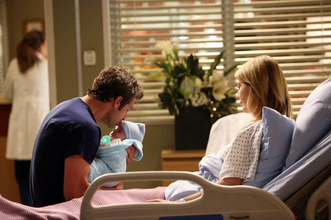Als Derek (Patrick Dempsey, l.) vom plötzlichen Tod einer Kollegin erfährt, sucht er bei Meredith (Ellen Pompeo, r.) und Baby Trost ... - Bildquelle: ABC Studios