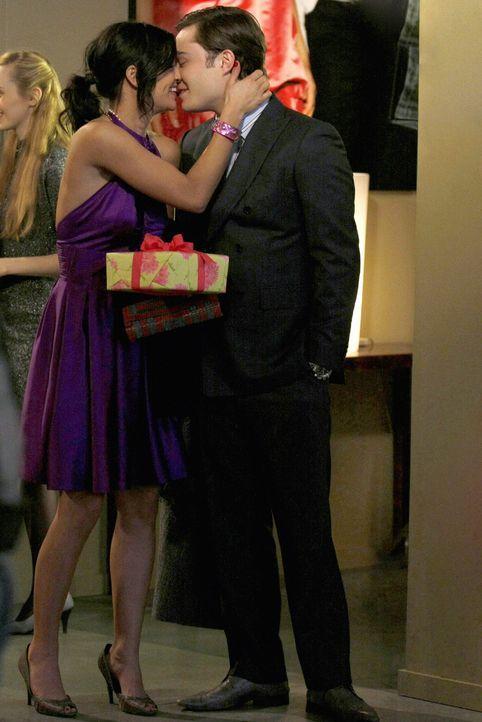 Wollen Nate und Blair eifersüchtig machen: Vanessa (Jessica Szohr, l.) und Chuck (Ed Westwick, r.) ... - Bildquelle: Warner Brothers