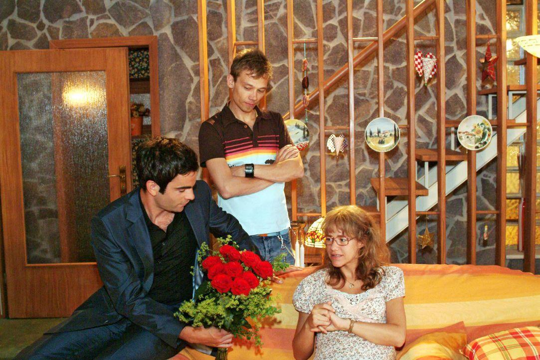 Lisa (Alexandra Neldel, r.) ist über Davids (Mathis Künzler, l.) unerwarteten Krankenbesuch überrascht. Jürgen (Oliver Bokern, M.) ist der Besuch un... - Bildquelle: Monika Schürle SAT.1 / Monika Schürle