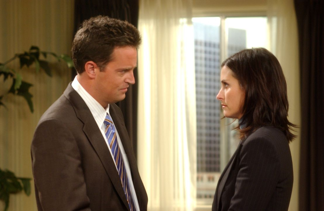 Adoptionswillig: Monica (Courteney Cox, r.) und Chandler (Matthew Perry, l.) ... - Bildquelle: 2003 Warner Brothers International Television