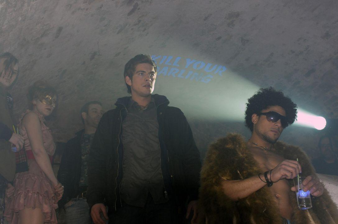 """Während einer """"Kill your Darling-Party"""" in den Katakomben von Berlin erhofft sich Tim (Philipp Danne, M.), das Geheimnis um den Fratzenschneider l - Bildquelle: Katrin Knoke ProSieben"""
