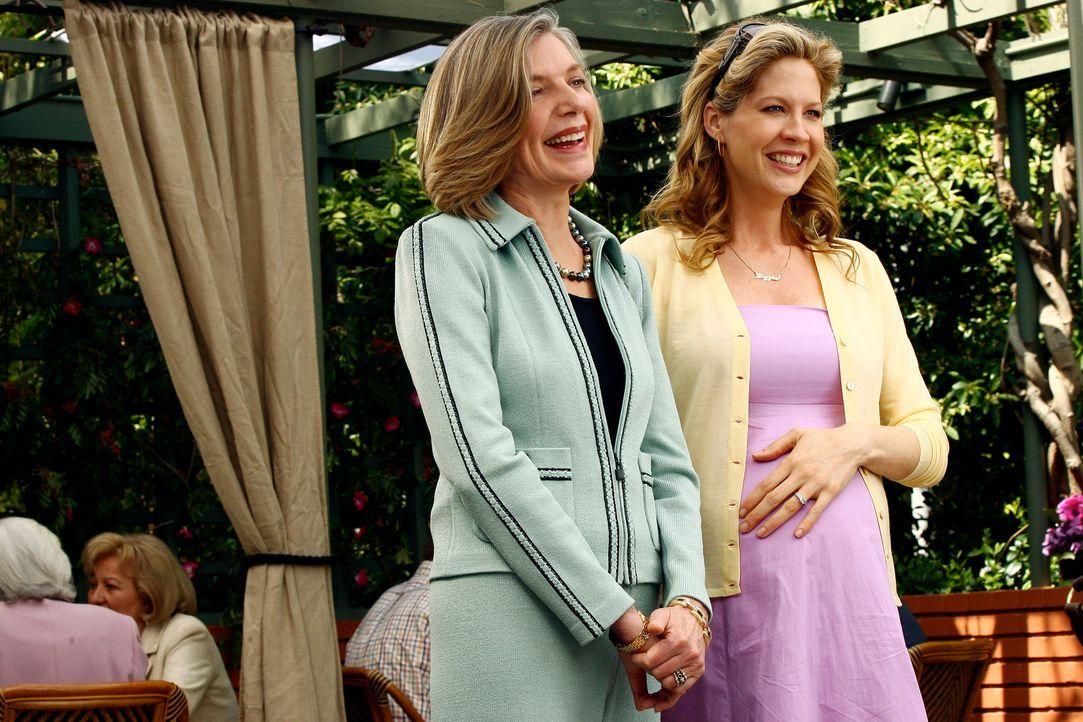 Miranda Jones (Susan Sullivan, l.) und ihre Tochter Lizzie (Jenna Elfman, r.) freuen sich, wie in alten Zeiten beim bevorstehenden Spieleabend gegen... - Bildquelle: Disney - ABC International Television
