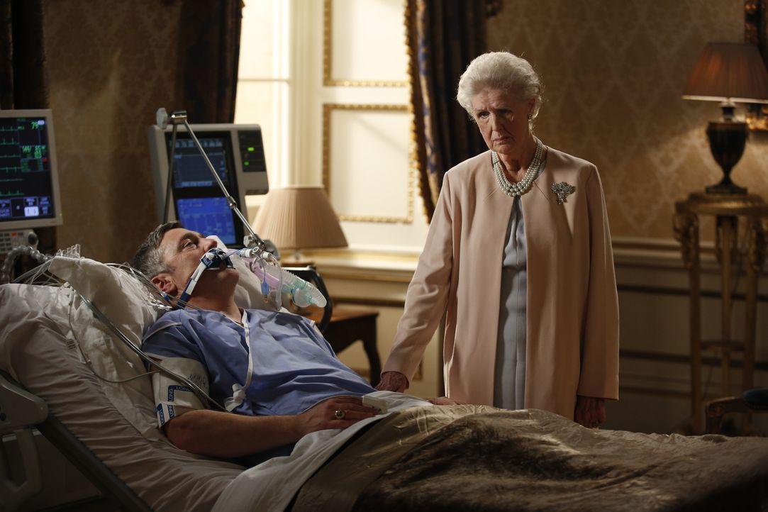 Während Prinz Cyrus versucht, sich den Thron durch seine Intrigen zu erschleichen, macht sich die königliche Mutter (Irene Sutcliffe, r.) große Sorg... - Bildquelle: Tim Whitby 2014 E! Entertainment Media, LLC