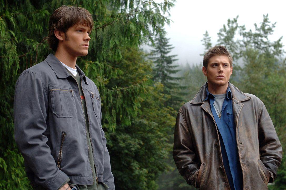 Ein junges Mädchen verschwindet beim Schwimmen, doch die Leiche wird nie gefunden. Sam (Jared Padalecki, l.) und Dean (Jensen Ackles, r.) finden her... - Bildquelle: Warner Bros. Television