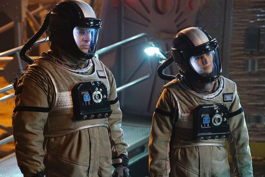 Castle (Nathan Fillion, l.) und Kate (Stana Katic, r.) sind sich sicher: Es muss sich außer der Crew noch etwas hier befunden haben ... - Bildquelle: Richard Cartwright ABC Studios / Richard Cartwright