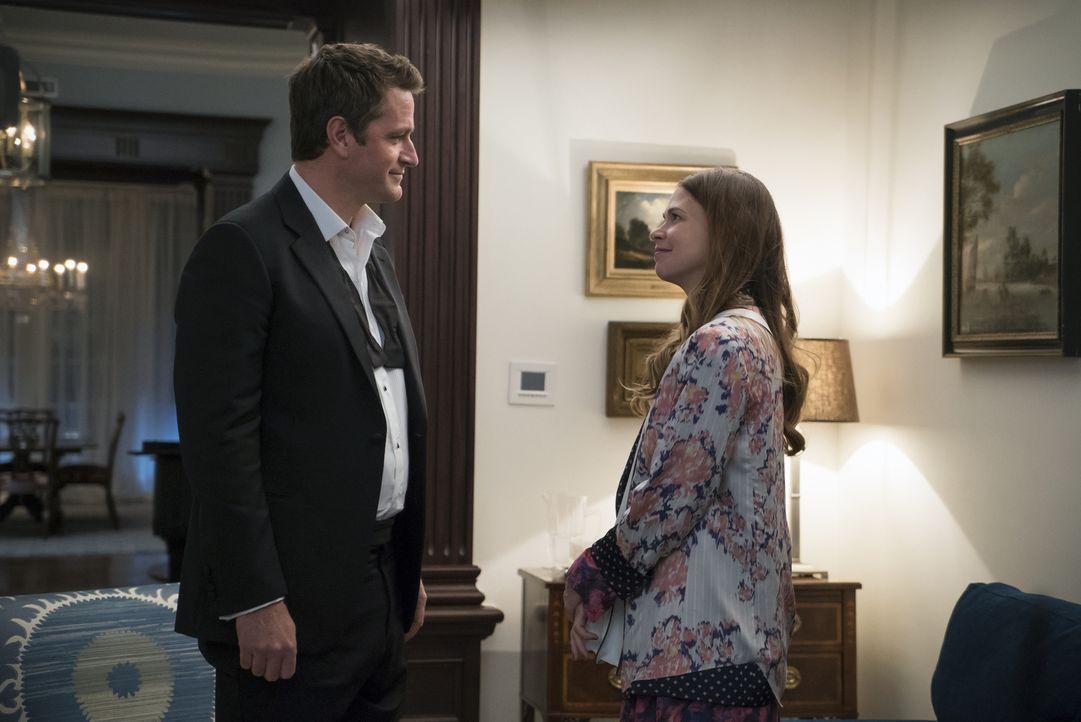 Während Liza (Sutton Foster, r.) Zeit mit Charles Brooks (Peter Hermann, l.), einem Mann in ihrem Alter, verbringt, könnte eine Preisverleihung für... - Bildquelle: Hudson Street Productions Inc 2015