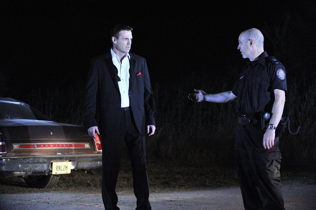 Der Geist von Charlie (Michael Shanks, l.) trifft auf Sgt. Jimmy Bell (Brian Markinson, r.), der ihn mitnehmen möchte in das Reich der Toten ... - Bildquelle: 2013 NBC Studios, LLC