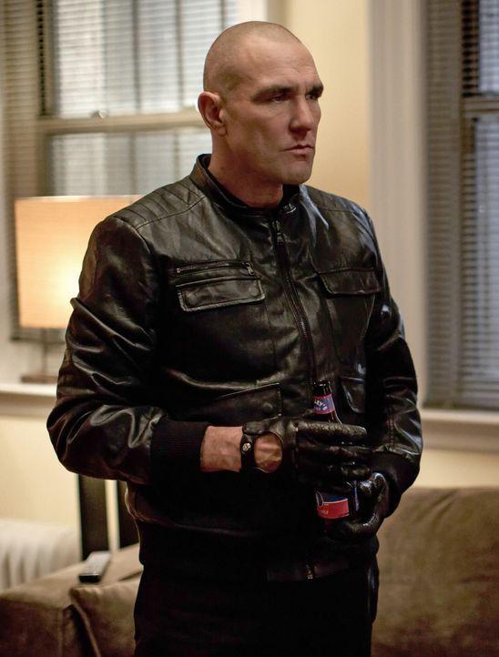 Gregson holt Sherlock Holmes zu einem Mordfall, bei dem nur eine riesige Blutlache auf dem Boden zurückgeblieben ist, jedoch keine Leiche. Für Holme... - Bildquelle: CBS Television