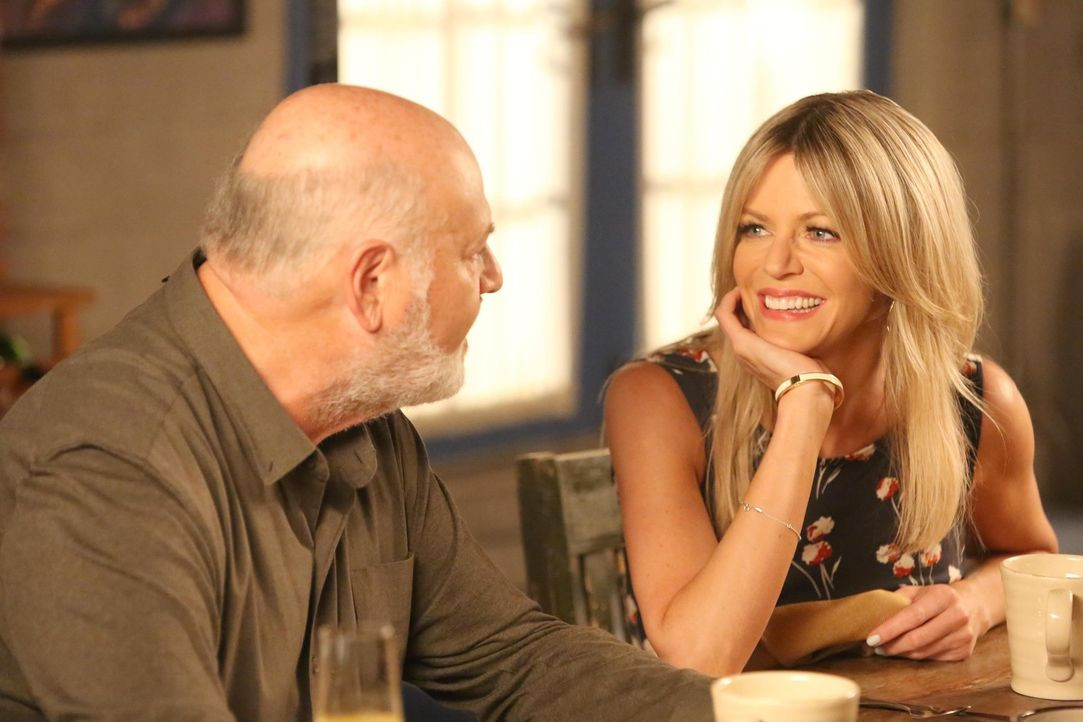Wie ernst meint es Ashley (Kaitlin Olson, r.) tatsächlich mit Jess' Vater Bob (Rob Reiner, l.)? - Bildquelle: 2014 Twentieth Century Fox Film Corporation. All rights reserved.