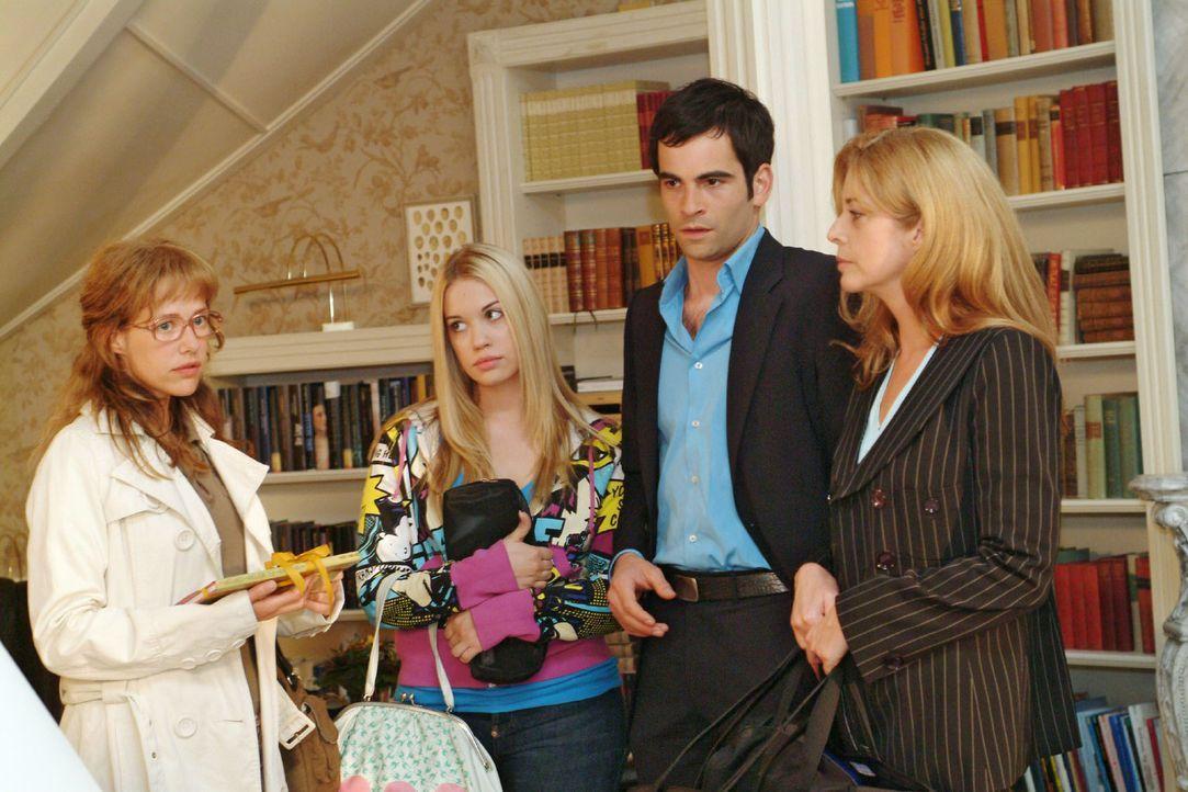 Lisa (Alexandra Neldel, l.) bekommt wieder einmal zu spüren, dass sie von Laura Seidel (Olivia Pascal, r.) nicht erwünscht ist. Im Beisein von Kim... - Bildquelle: Sat.1