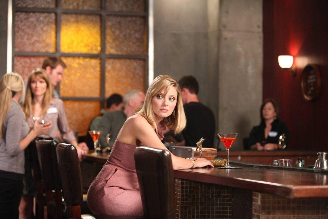 Stacy (April Bowlby) wurde zu einer Auszeichnungsfeier eingeladen, bei der die besten Kleinunternehmen geehrt werden sollen. - Bildquelle: 2012 Sony Pictures Television Inc. All Rights Reserved.