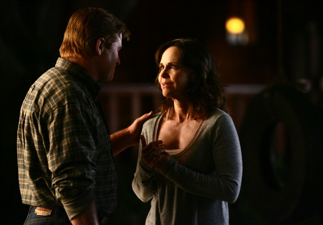 Während ihres Aufenthalt auf der Ranch kommen sich Nora (Sally Field, r.) und David (Treat Williams, l.) näher ... - Bildquelle: Disney - ABC International Television