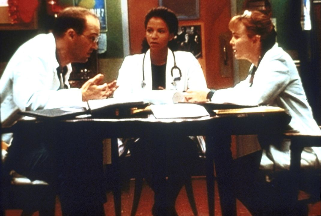 Aus dem Team der Notaufnahme ist Jeanie Boulet (Gloria Reuben, M.) an Aids erkrankt. Gemeinsam mit Dr. Greene (Anthony Edwards, l.) und Dr. Kerry We... - Bildquelle: TM+  2000 WARNER BROS.