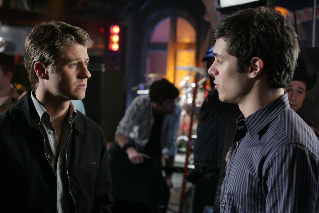 Seth (Adam Brody, r.) ist der Meinung, dass Ryan (Benjamin McKenzie, l.) seinen Geburtstag feiern soll, doch dieser hat dazu eigentlich überhaupt k... - Bildquelle: Warner Bros. Television