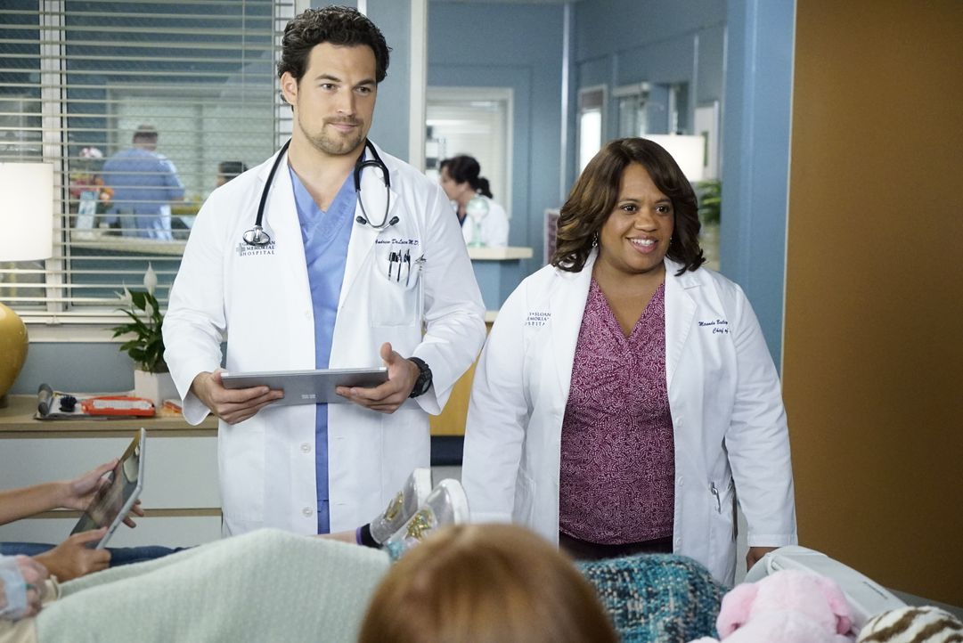 Dr. Andrew DeLuca (Giacomo Gianniotti, l.); Dr. Miranda Bailey (Chandra Wilson, r.) - Bildquelle: Kelsey McNeal 2020 American Broadcasting Companies, Inc. All rights reserved. / Kelsey McNeal