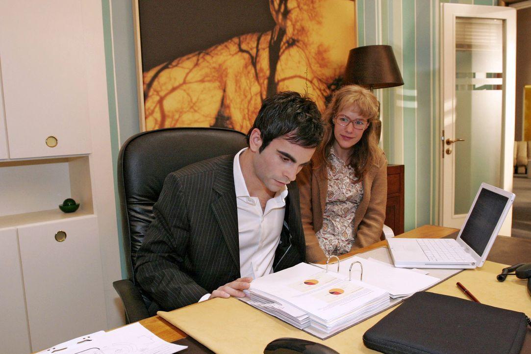 Als David (Mathis Künzler, l.) Lisa (Alexandra Neldel, r.) bittet, sich neben ihn zu setzen, ist sie aufgeregt - die Nähe zu David macht sie doch zi... - Bildquelle: Noreen Flynn SAT.1 / Noreen Flynn
