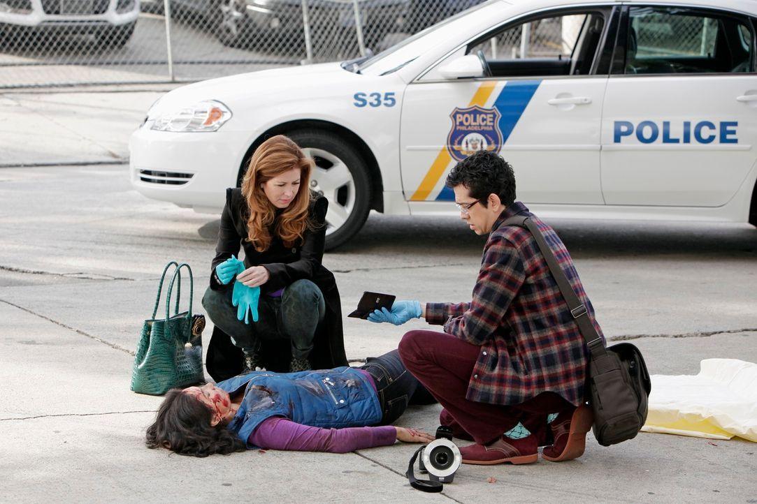 Dr. Megan Hunt (Dana Delany, l.) und Ethan Gross (Geoffrey Arend, r.) untersuchen die Leiche einer jungen Frau, die von einem Auto überfahren wurde... - Bildquelle: 2013 American Broadcasting Companies, Inc. All rights reserved.