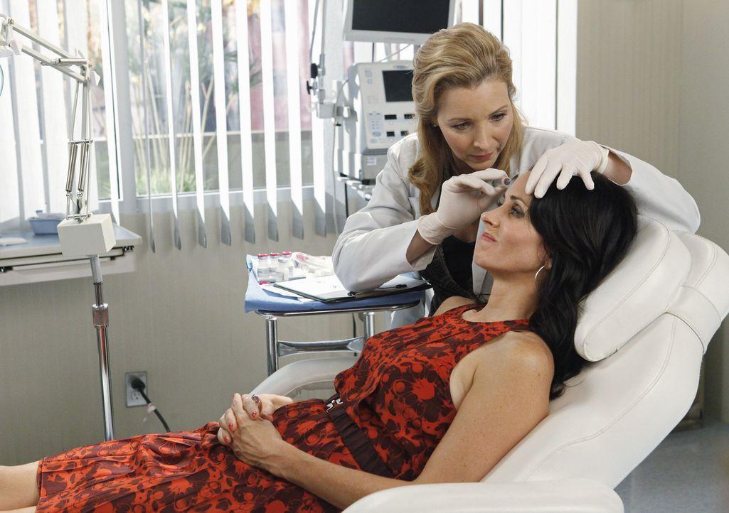 Was man nicht alles tut, wenn man 40 und single ist! Dr.Evans (Lisa Kudrow, l.) und Jules (Courteney Cox, r.) ... - Bildquelle: 2009 ABC INC.