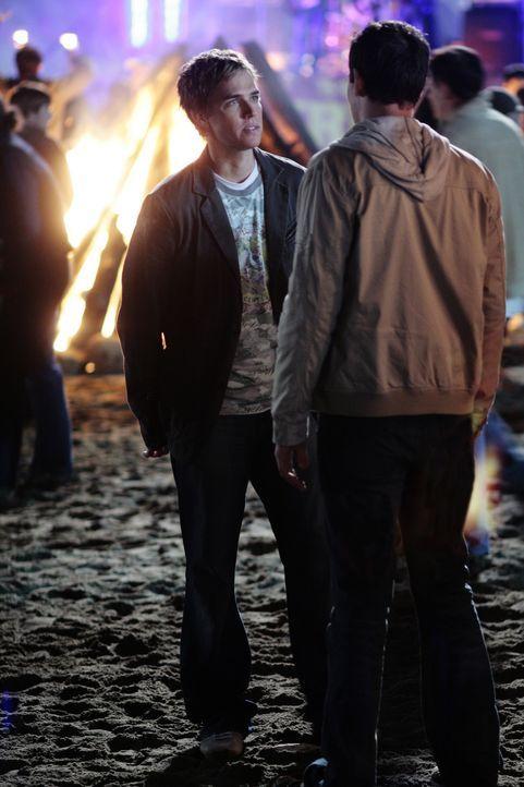 Declan (Chris Olivero, l.) will endlich wissen, wo sich sein Freund Kyle (Matt Dallas, r.) die ganze Zeit herrumtreibt. Immer öfter verschwindet er... - Bildquelle: TOUCHSTONE TELEVISION