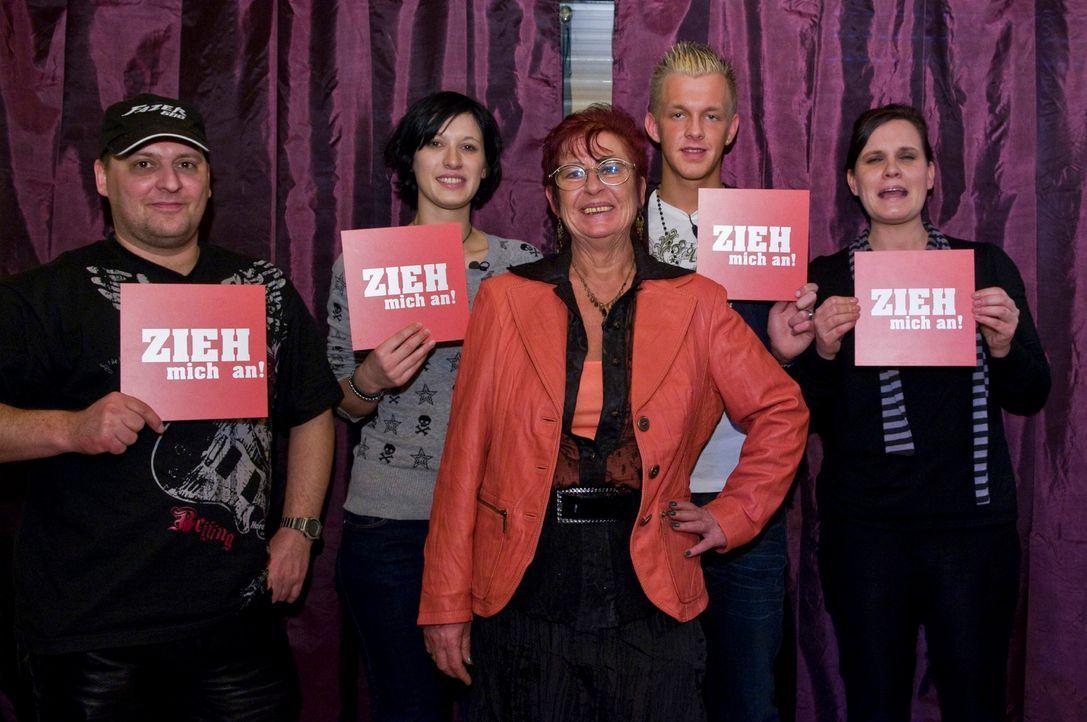 Sigrid (M.) erhält heute von Markus (l.), Daniela (2.v.l.), Norman (2.v.r.) und Dorothea (r.) ein passendes Outfit für die Überraschungsparty ihres... - Bildquelle: Martin Menke Sat.1