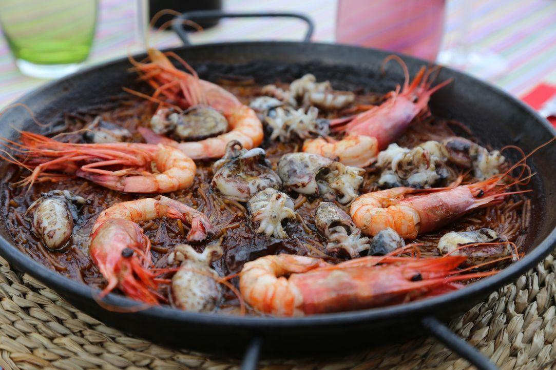 In einem Restaurant an der Costa Brava kocht Rachel Fideuà ... - Bildquelle: Richard Hill BBC 2014
