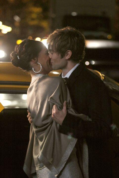 Sind glücklich miteinander: Nate (Chace Crawford, r.) und Vanessa (Jessica Szohr, l.) ... - Bildquelle: Warner Brothers