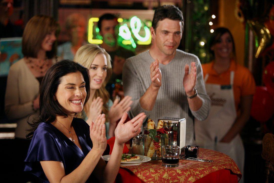 Ian (Dougray Scott, r.), Julie (Andrea Bowen, M.) und Susan (Teri Hatcher, l.) feiern zusammen sie die Eröffnung von Toms Pizzeria … - Bildquelle: 2005 Touchstone Television  All Rights Reserved