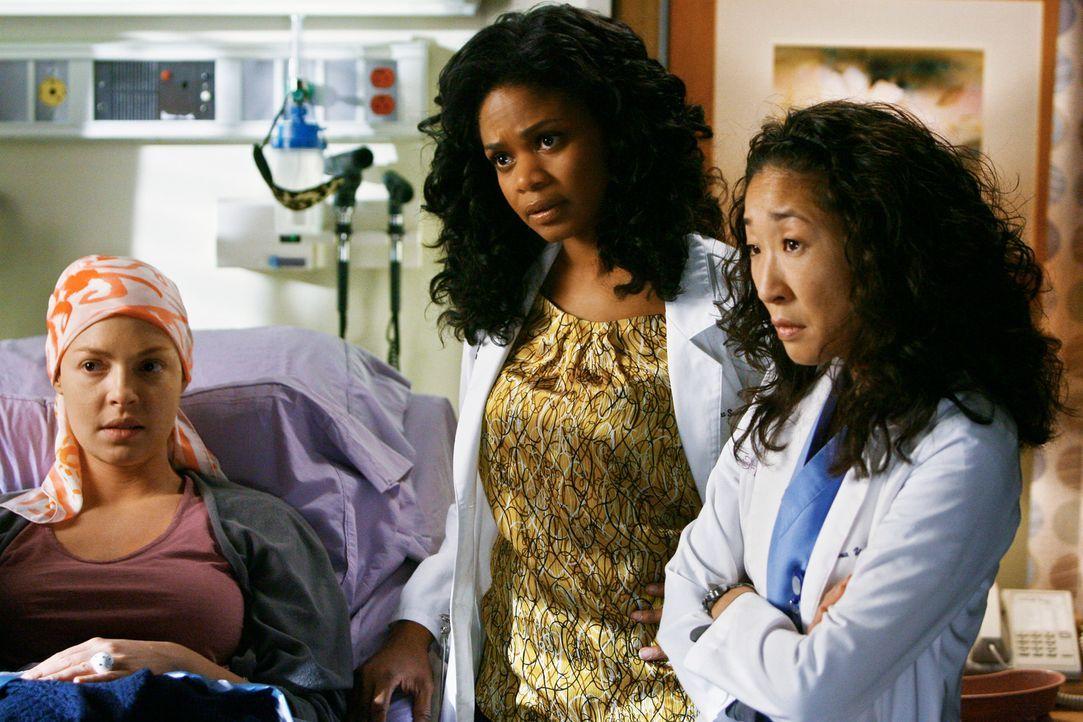 Izzie (Katherine Heigl, l.) sucht das Gespräch mit Alison, doch dann versagt Alisons Kreislauf. Sie kommt in den OP und Dr. Swender (Liza Weil, M.)... - Bildquelle: Touchstone Television