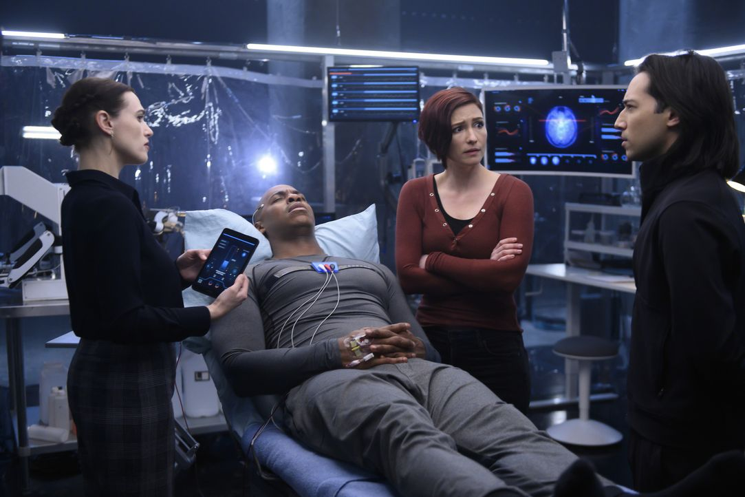 (v.l.n.r.) Lena (Katie McGrath); James (Mehcad Brooks); Alex (Chyler Leigh); Querl (Jesse Rath) - Bildquelle: Diyah Pera 2018 The CW Network, LLC. All Rights Reserved.