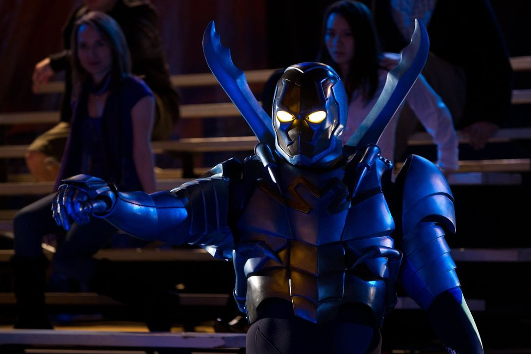 Während einer von Booster Gold durchgeführten Rettungsaktion fällt eine Alienwaffe auf einen Zivilisten, wodurch ein neuer Superheld erschaffen wird... - Bildquelle: Warner Bros.