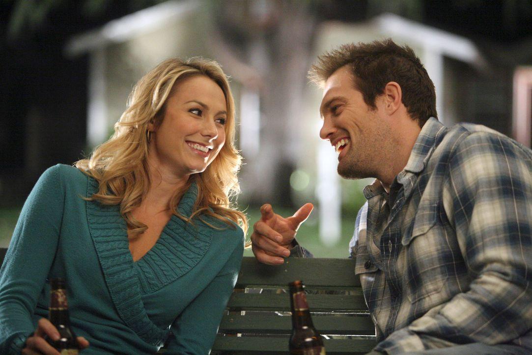 Fallen Eddie (Geoff Stults, r.) und Rory (Stacy Keibler, l.) in alte Gewohnheiten zurück? - Bildquelle: ABC Studios