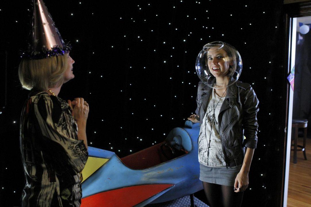 Jackie (Ann Gillespie, l.) hat eine ganz besondere Überraschung für Silver (Jessica Stroup, r.) ... - Bildquelle: TM &   CBS Studios Inc. All Rights Reserved