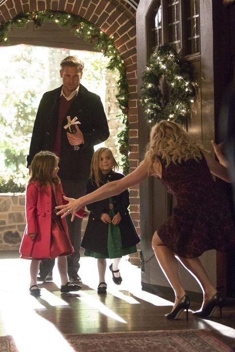 Eigentlich hatten Alaric (Matthew Davis, hinten), Josie (Lily Rose Mumford, l.), Lizzie (Tierney Mumford, M.) und Caroline (Candice King, r.) auf ei... - Bildquelle: Warner Bros. Entertainment, Inc.