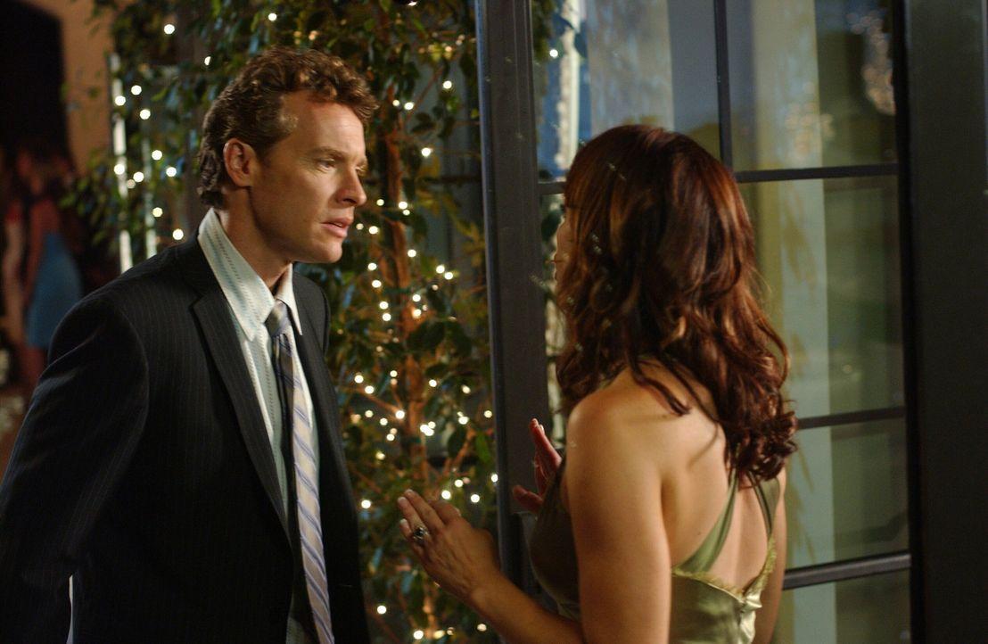 Julie (Melinda Clarke, r.) ist empört über Marissas Verhalten und will sie während des Balls zur Rede stellen. Doch Jimmy (Tate Donovan, l.) häl... - Bildquelle: Warner Bros. Television