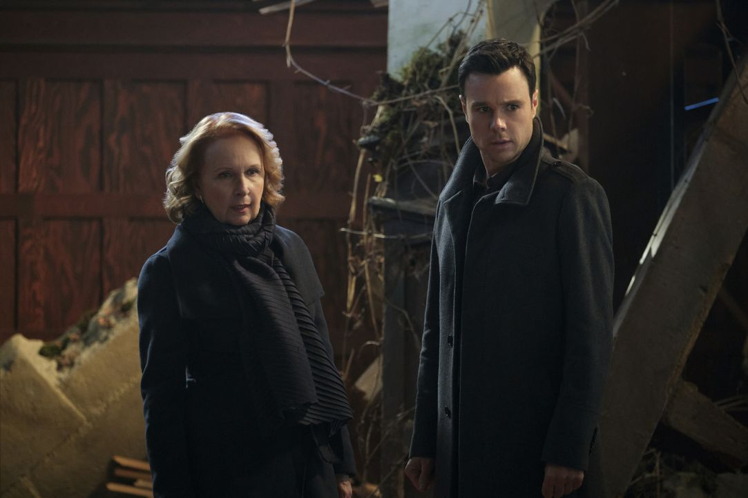 Celeste (Kate Burton, l.); Harry Greenwood (Rupert Evans, r.) - Bildquelle: Jeff Weddell 2020 The CW Network, LLC. All Rights Reserved / Jeff Weddell