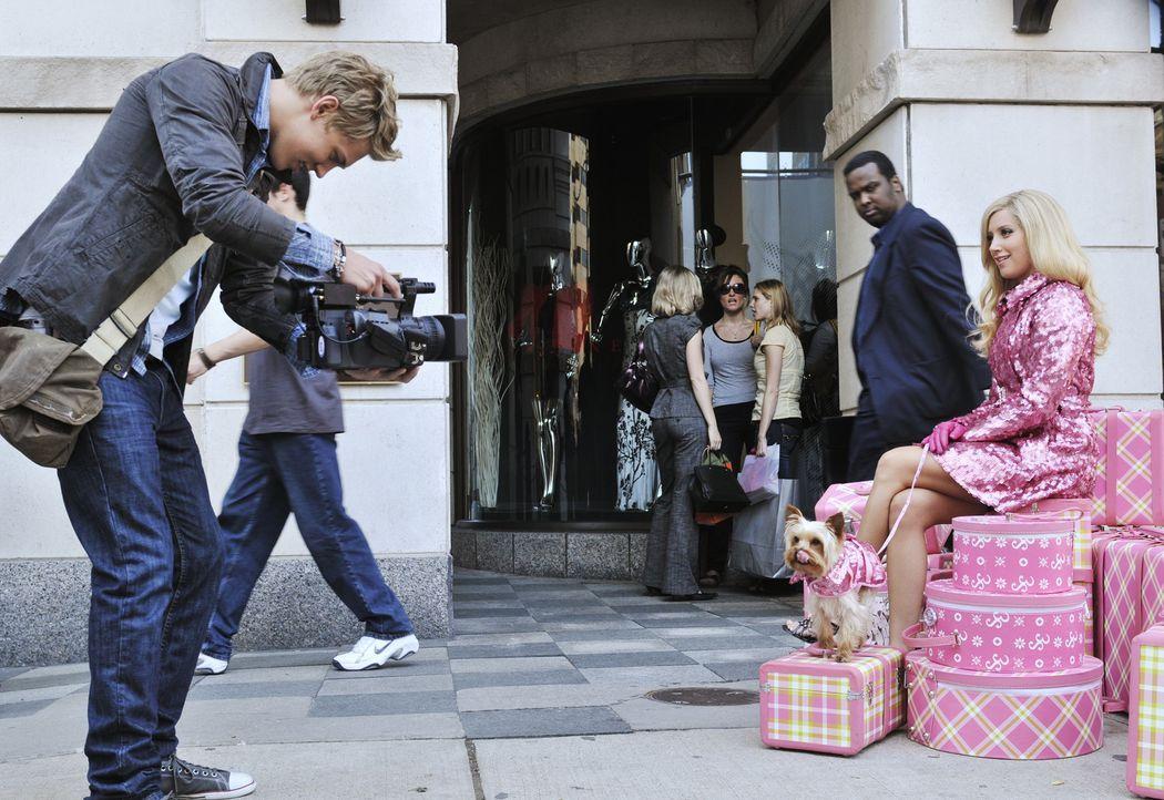 Gerade in New York angekommen, lernt Sharpay (Ashley Tisdale, r.) Peyton (Austin Butler, l.), einen angehenden Kameramann, kennen, der sie fast eben... - Bildquelle: 2010 Disney Enterprises, Inc. All rights reserved.