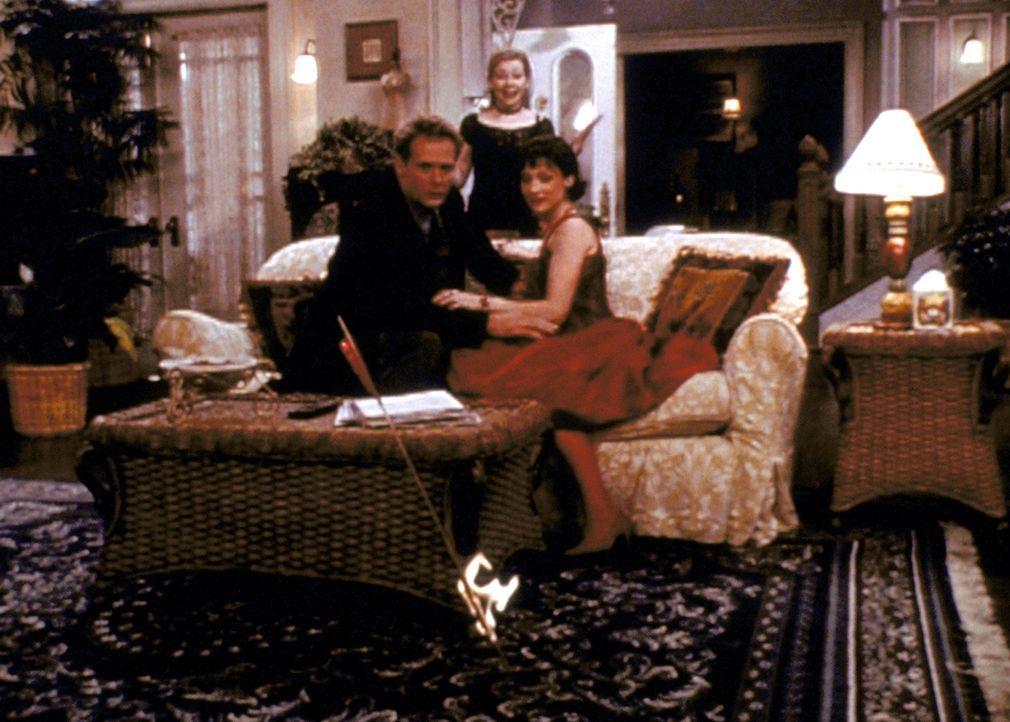 Sabrina (Melissa Joan Hart, M.) schaut sehr zufrieden zu, wie sich Marigold (Hallie Todd, r.) und Emil (Brian Cousins, l.) allmählich näherkommen. - Bildquelle: Paramount Pictures