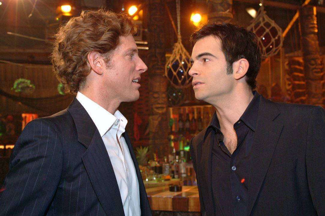 Lars (Clayton M. Nemrow, l.) und David (Mathis Künzler, r.) begegnen sich zufällig in der Bar. David sieht ein, dass Lars gewonnen hat, und gibt ihm... - Bildquelle: Monika Schürle SAT.1 / Monika Schürle
