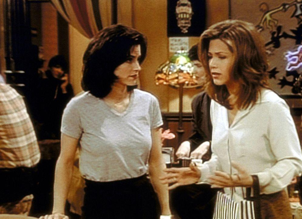 Rachel (Jennifer Aniston, r.) hat sich wieder mit ihrem Ex-Freund getroffen und erklärt Monica (Courteney Cox, l.) ihre Gründe. - Bildquelle: TM+  2000 WARNER BROS.