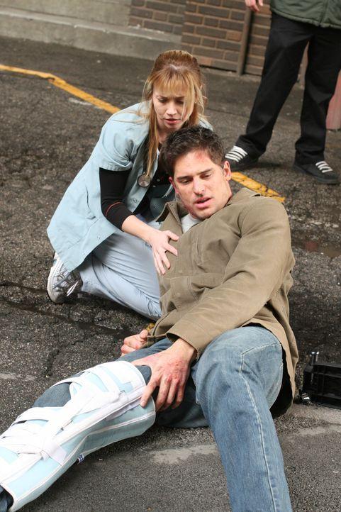 Sam (Linda Cardellini, l.) kümmert sich um Officer Litchman (Joe Manganiello, r.) ... - Bildquelle: Warner Bros. Television
