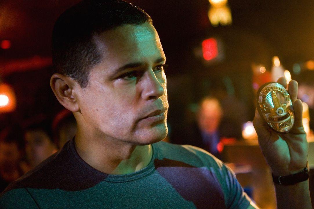 Gibt alles, um gemeinsam mit Brenda den mysteriösen Mord am Millionär aufzudecken: Detective Julio Sanchez (Raymond Cruz) ... - Bildquelle: Warner Brothers