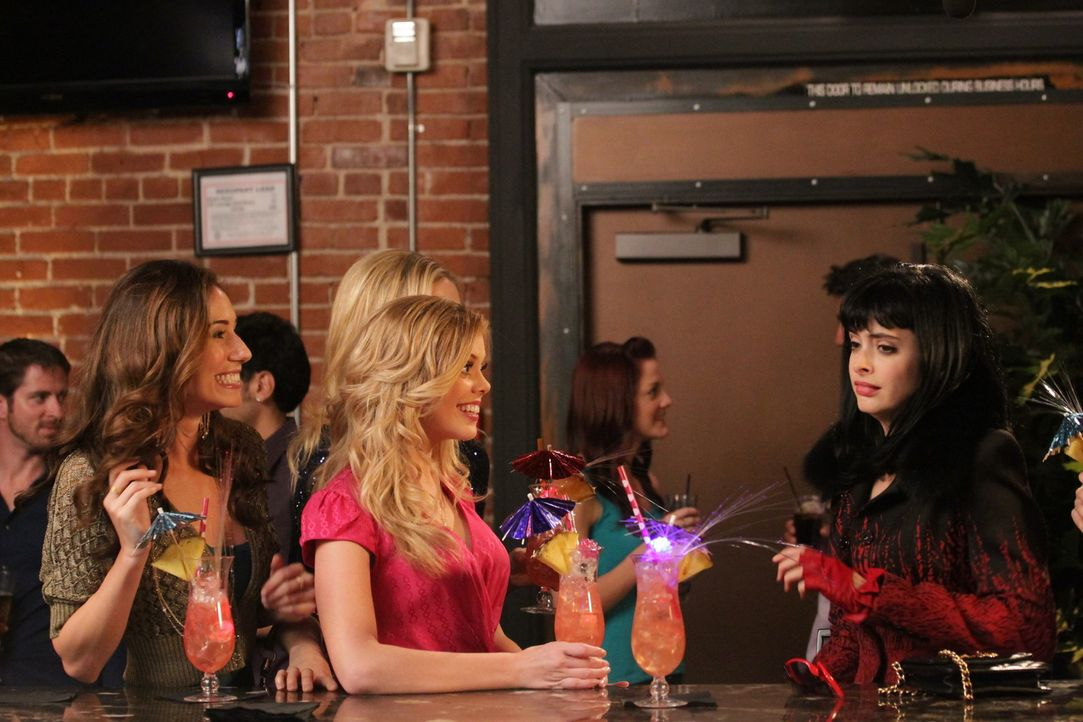 Als June (Dreama Walker, M.) die Einzelheiten des Abends mit Chloe (Krysten Ritter, r.), Stephanie, Ashley (Jessica Blair Herman, l.) und Carmen rek... - Bildquelle: 2012 American Broadcasting Companies. All rights reserved.