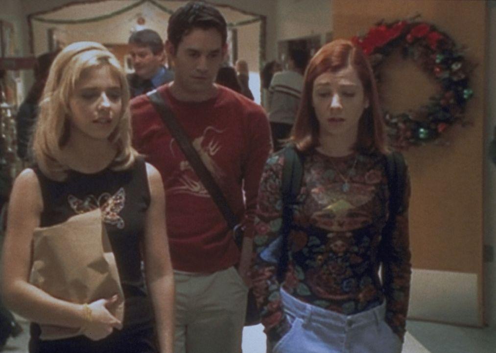 Die Vorfreude auf das Weihnachtsfest ist bei Buffy (Sarah Michelle Gellar, l.), Xander (Nicholas Brendon, M.) und Willow (Alyson Hannigan) getrübt .... - Bildquelle: TM +   2000 Twentieth Century Fox Film Corporation. All Rights Reserved.